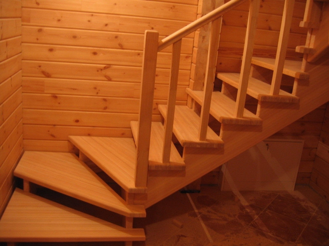 Лестницу на второй этаж на даче